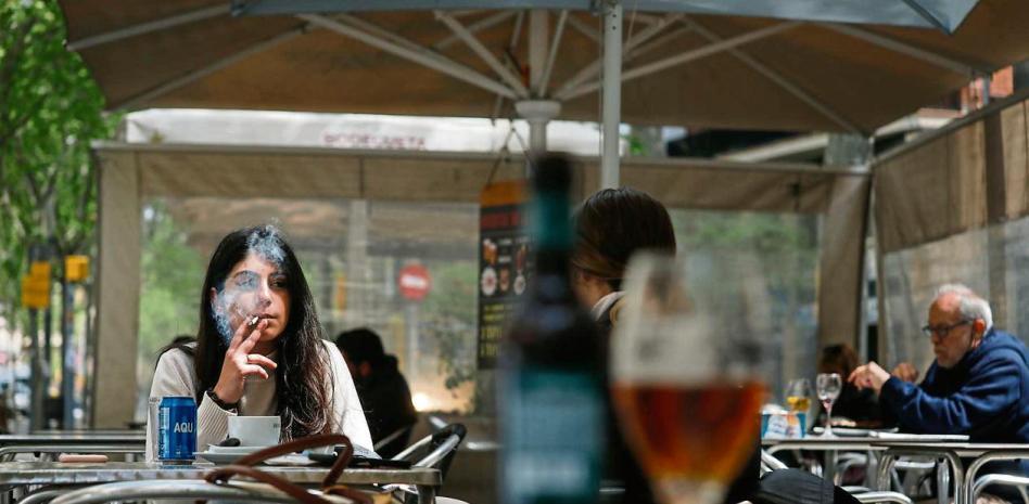 Sanidad anticipa la prohibición total de fumar en las terrazas de los bares
